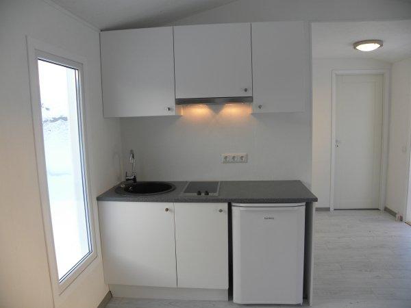 Pieni keittiö talovaunussa