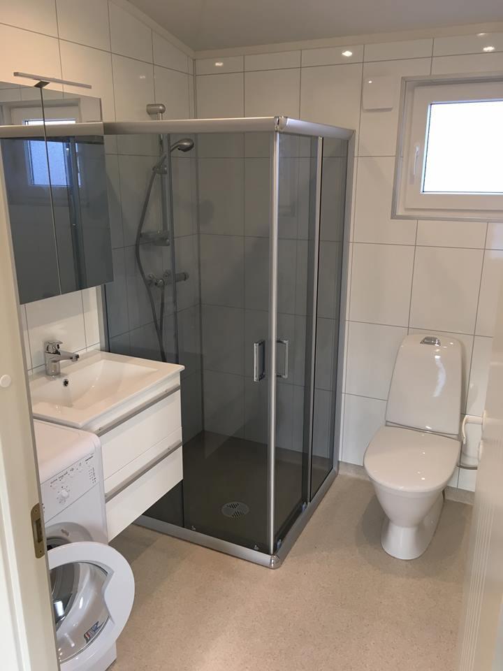 Talovaunu kylpyhuone, suihkuseinät, WC, lavuaari, peilikaappi, lattialämmitys, boileri 100 litraa
