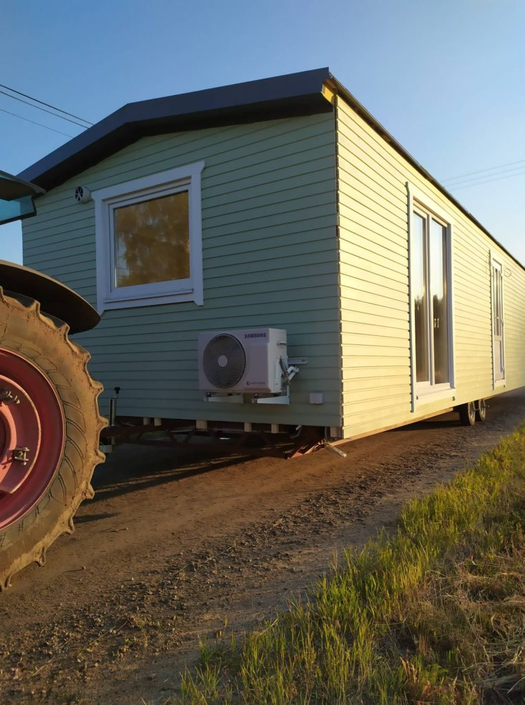 Talovaunu kuljetus paikan päällä traktorilla Suomessa