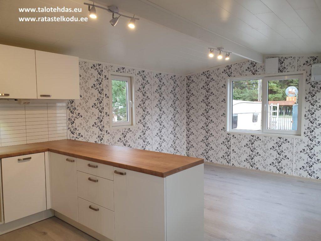 Talovaunu keittiö-olohuone, lattia laminaatti, seinät tapetti
